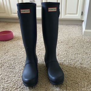 Navy matte Hunter boots, size 8
